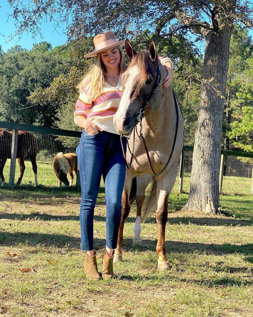 Kate Upton hanging with horse